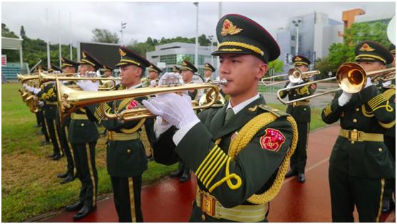 8月1日,解放军驻港部队举行升国旗仪式。图源:香港政府新闻处