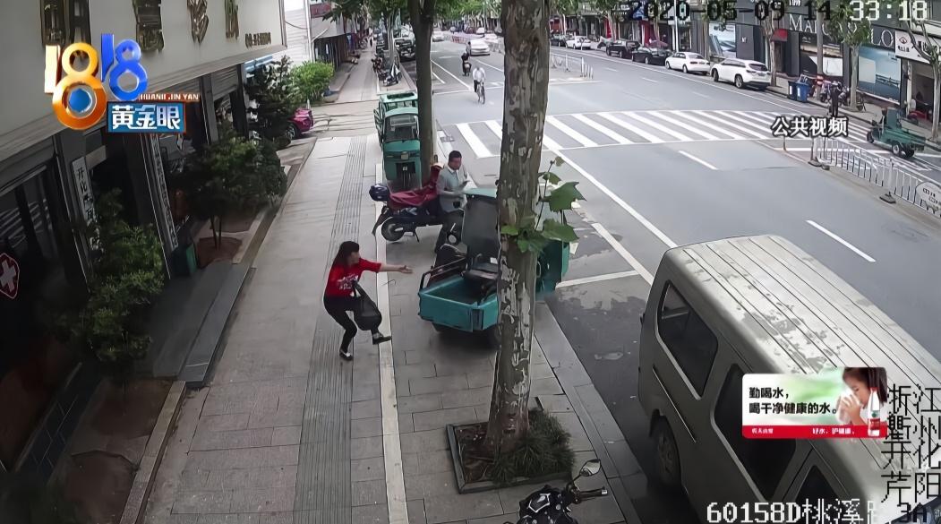 小男孩爬上三轮车 冲出去连撞三车