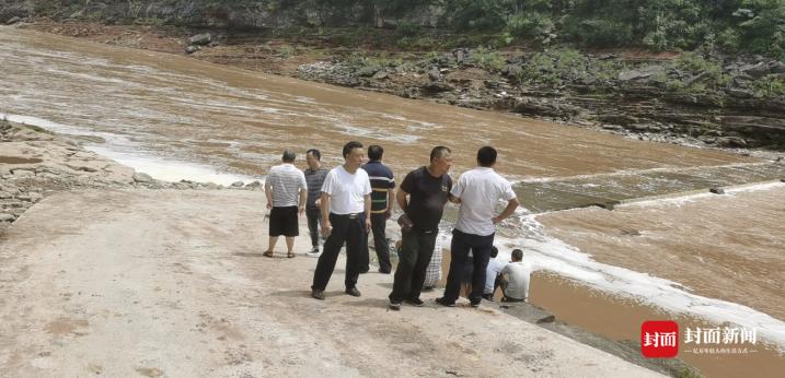 【外链优化】_四川轿车坠河:司机逃生女乘客却失踪 家属质疑被蓄意谋害