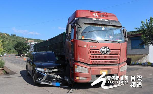 交叉口:视线盲区!卡车右转,撞上了一辆笔直的小汽车。 十字交口直行撞拐弯