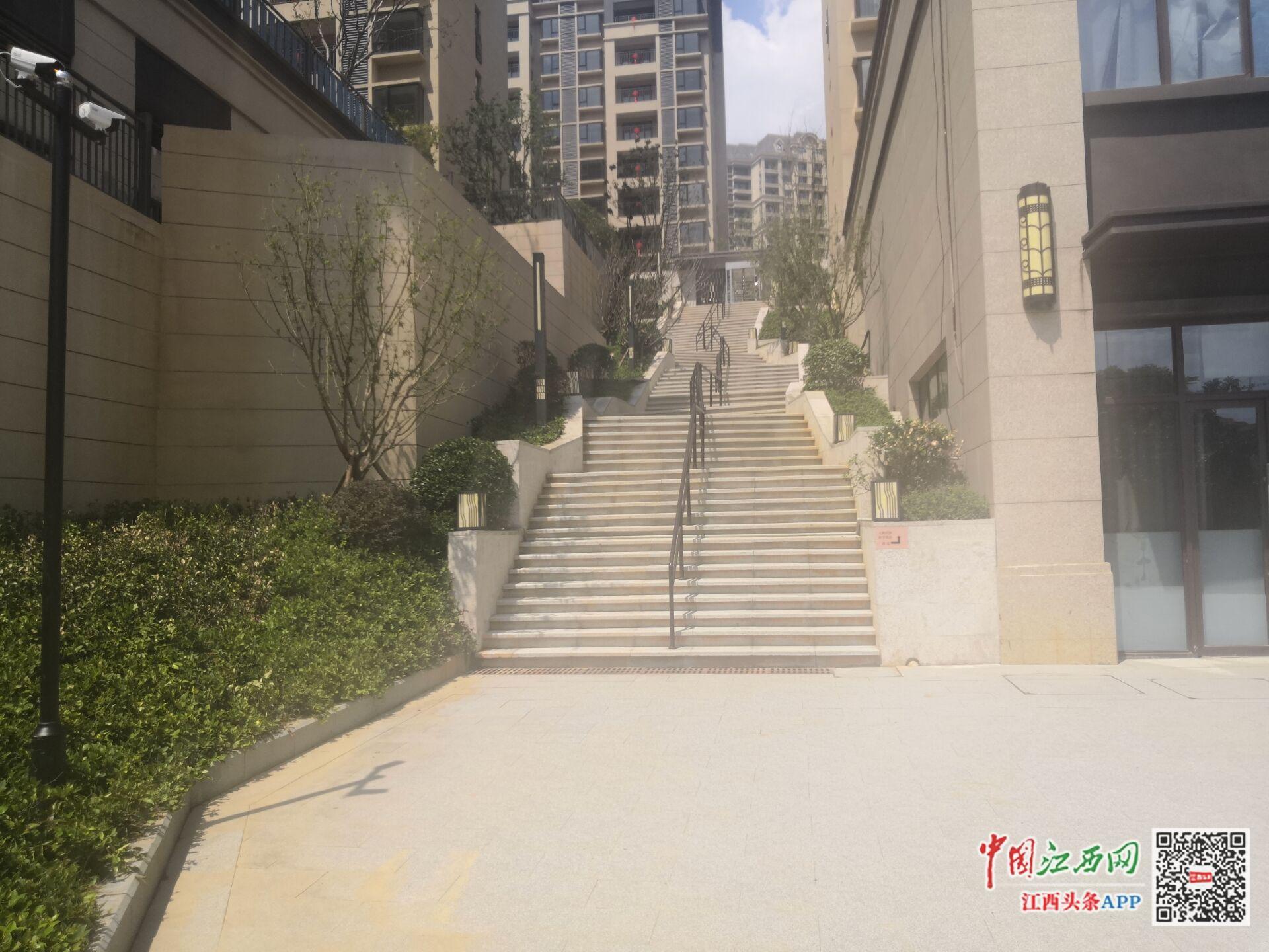 """要进入小区,必须先走""""天梯""""。南昌湾里阳光城丽景湾有很多问题。"""