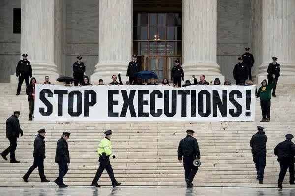 图说:在美国最高法院前反对死刑的抗议者们。图源:纽约时报