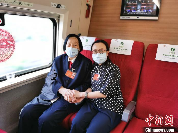 2020年5月20日,在赴京参加全国两会途中,杨林花与申纪兰再次相遇在火车上。 受访者供图 摄