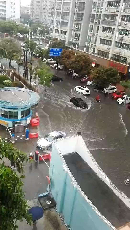 视频直击|潮州多地暴雨,环卫人员加强道路排水