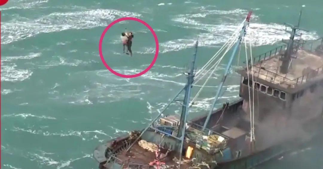 货船海上翻扣,女飞行员冒险驾机着舰救援 最新热点 第4张