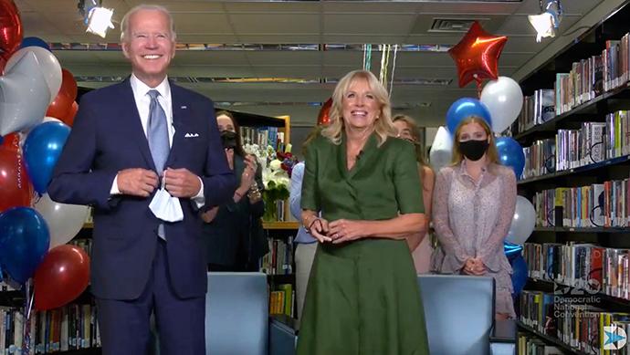 当地时间8月18日,拜登与妻子吉尔·拜登等人在吉尔曾工作的中学的图书馆内庆祝获得民主党总统候选人提名。