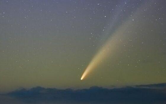 尼欧怀兹彗星划过北半球