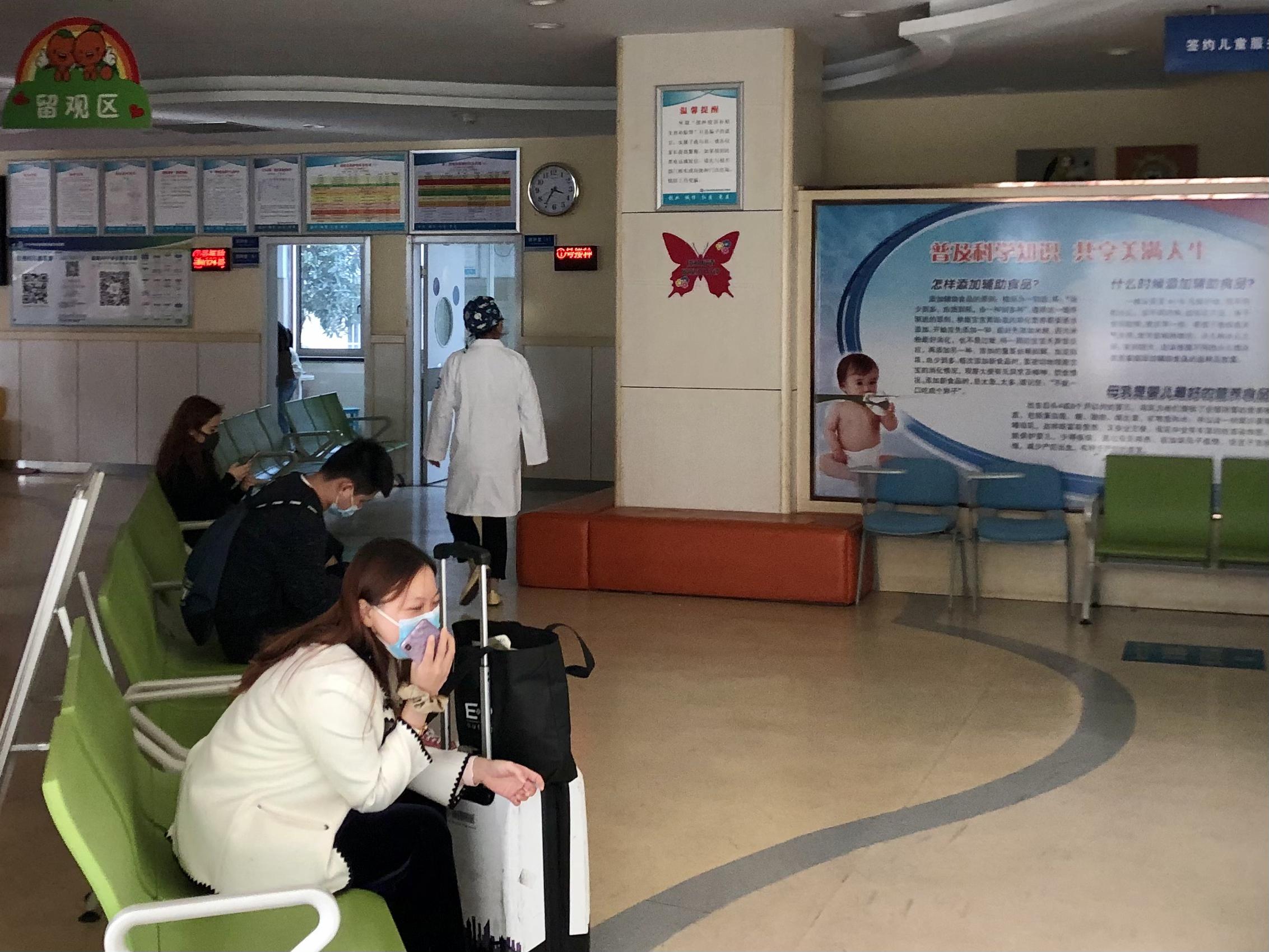 打完疫苗留在现场观察的接种者