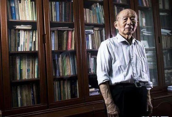 耄耋之年的崔崑不计较物质名利,一生矢志于祖国钢铁材料事业,永远将国家装在心里。