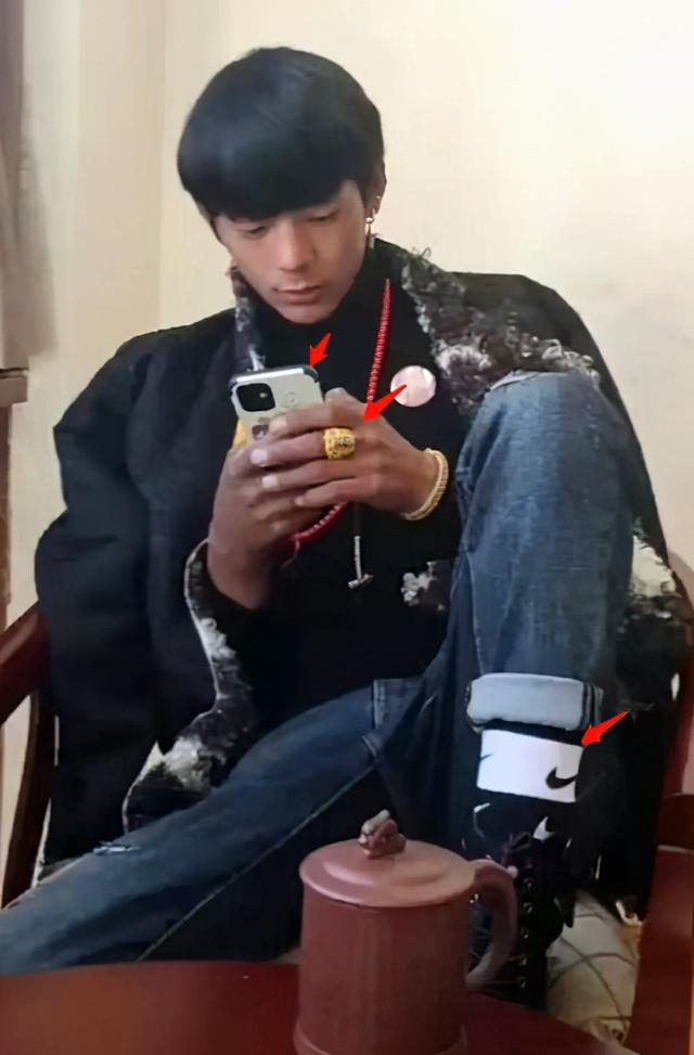 网红丁真被曝穿上千元外套,戴金戒指用近万元手机,评论却反转 八卦 第3张