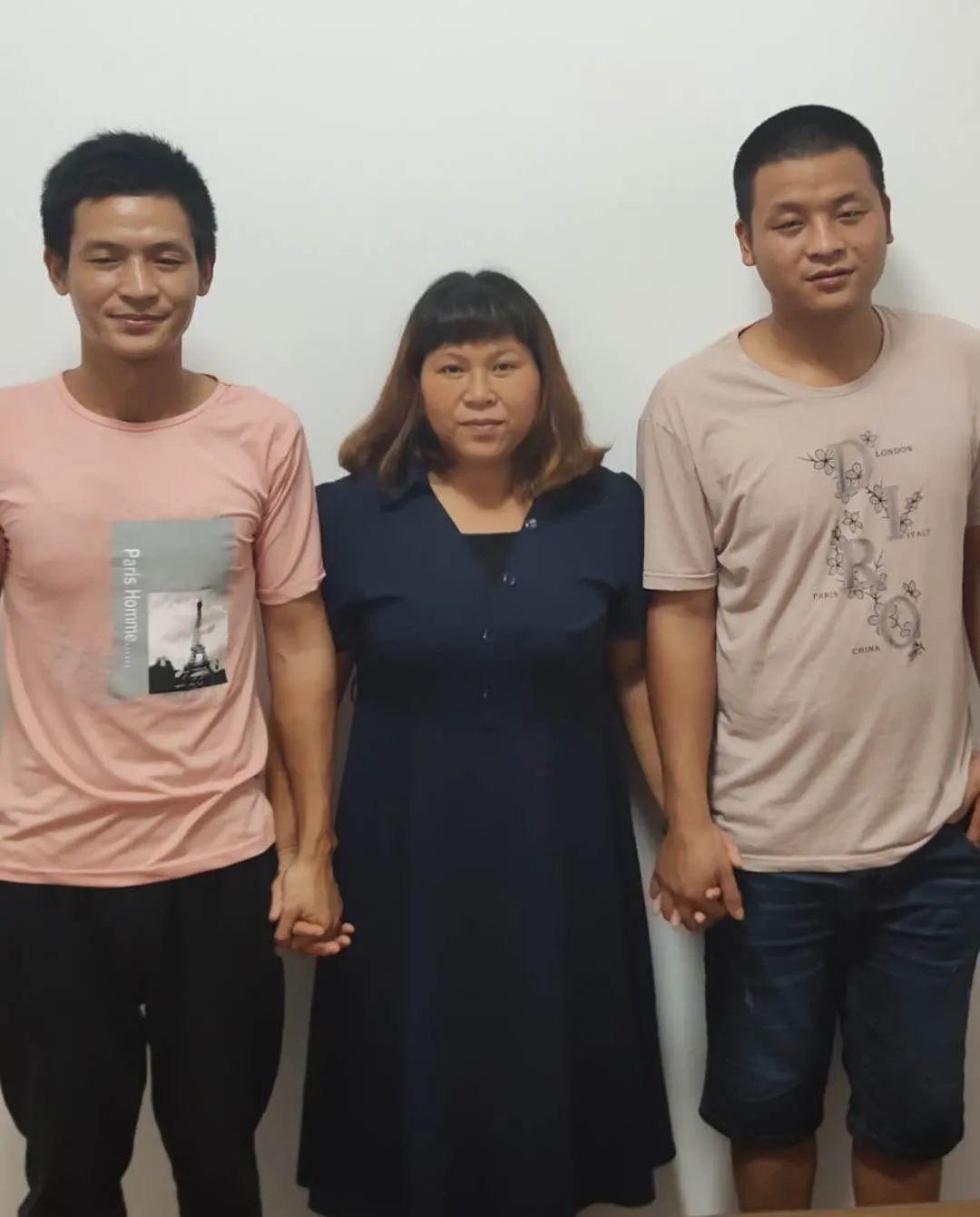 张保仁(左)、宋小女(中)、张保刚(右)母子三人。受访者供图