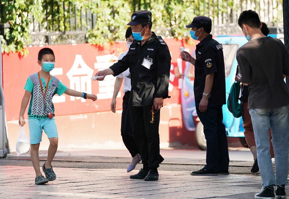 6月16日,北京海淀区八里庄街道瑞新里小区对出入的居民和快递人员加强检查。人民视觉 图