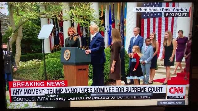巴雷特获特朗普提名任大法官现场:带7个孩子登台