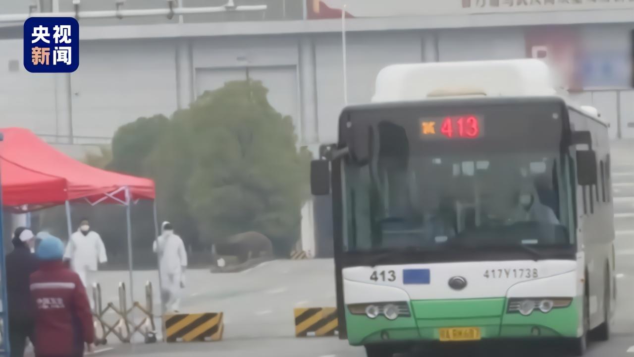 武汉汉阳国博方舱医院首批50余名治愈患者出舱