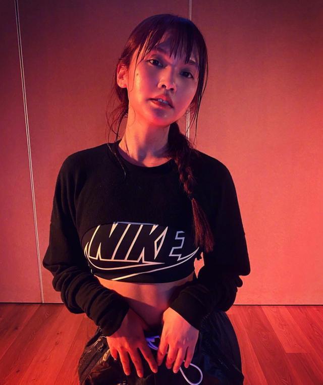 杨丞琳穿露脐运动装大方秀蛮腰,马甲线十足抢镜