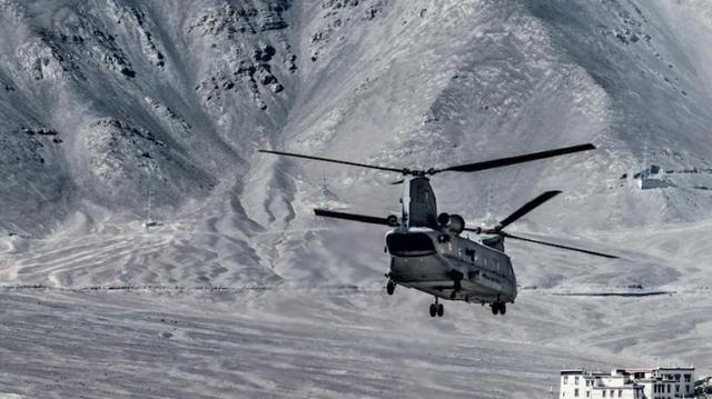 【印军动用美制CH-47直升机支援边境的陆军】