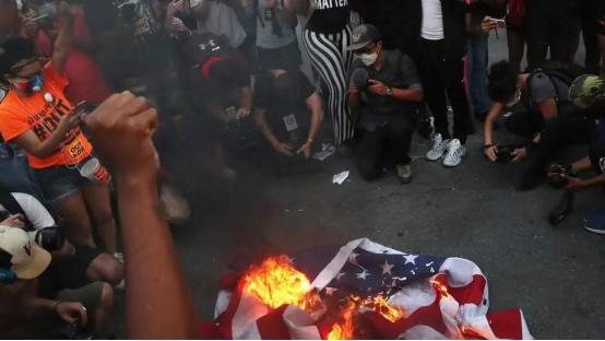 7月4日,独立日,示威者在白宫外焚烧美国国旗