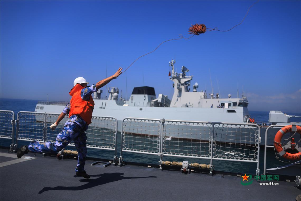 海上拖带训练,潮州舰战士在撇缆。