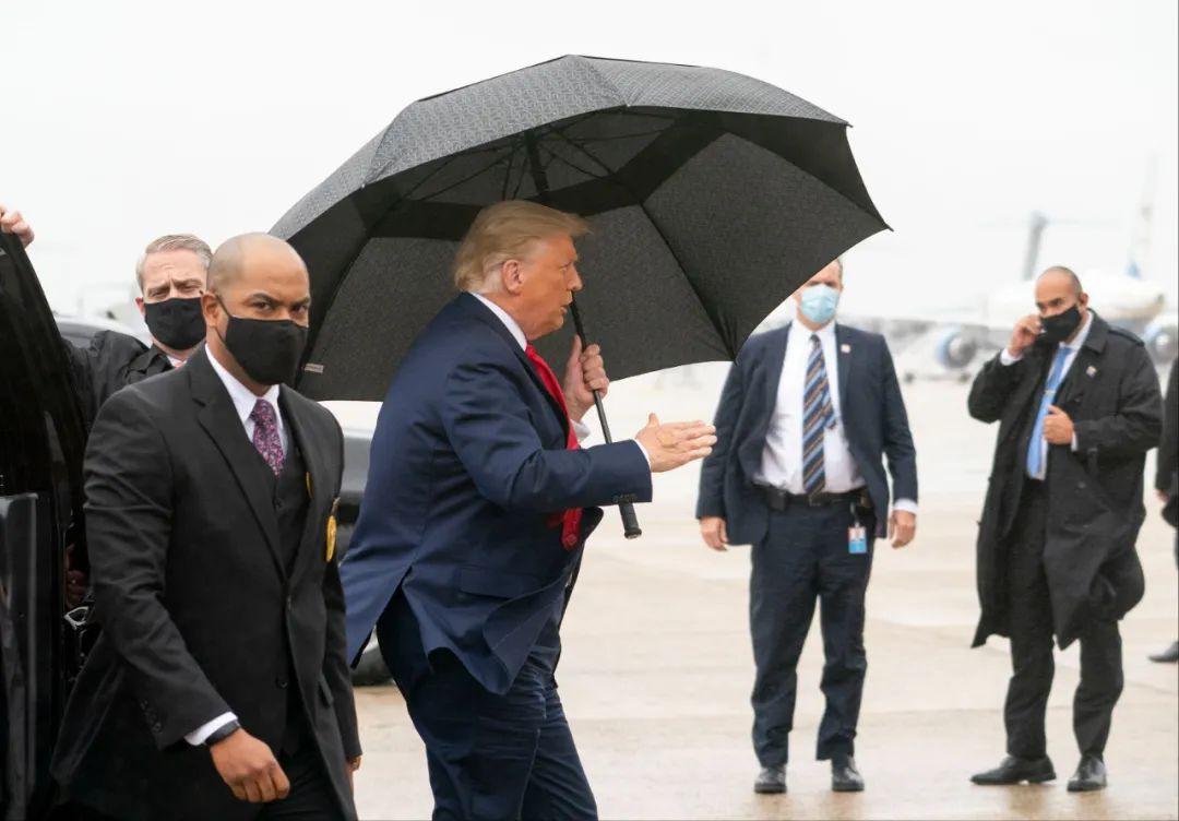 """""""不戴口罩+手上有创可贴"""" 特朗普开始出院后首场竞选集会"""