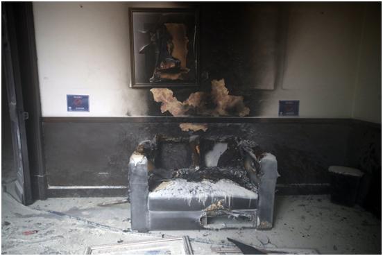 (危地马拉国会大厦内被火烧的沙发。)