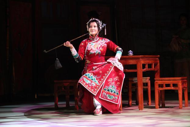 刘晓庆再演少女_一身红衣婀娜,为答谢观众跪地 八卦 第4张