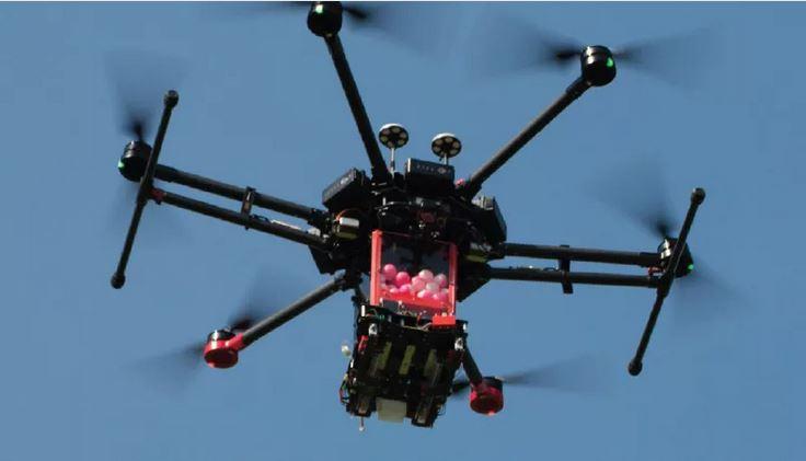 """""""伊格尼斯""""中的无人机上,载有照相机和球形的燃烧弹 图自无人机改装公司""""Drone Amplified"""""""