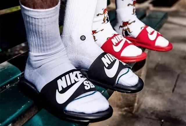 19元拖鞋硬刚Yeezy拖鞋,谁才是夏日制霸街头的神级单品?