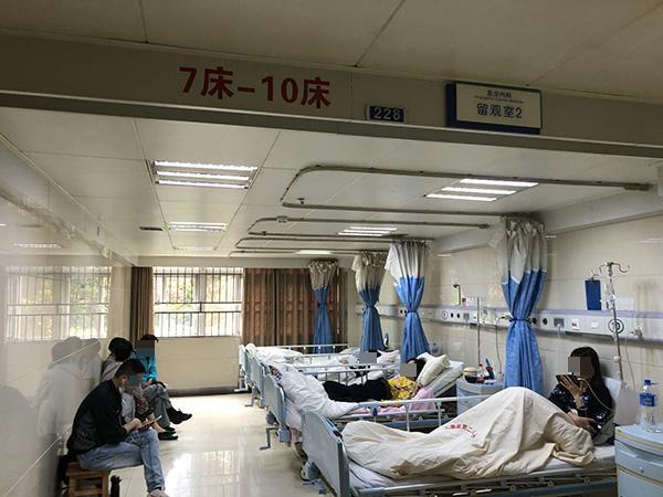 急诊科留观室,部分患者是野生菌中毒患者 。