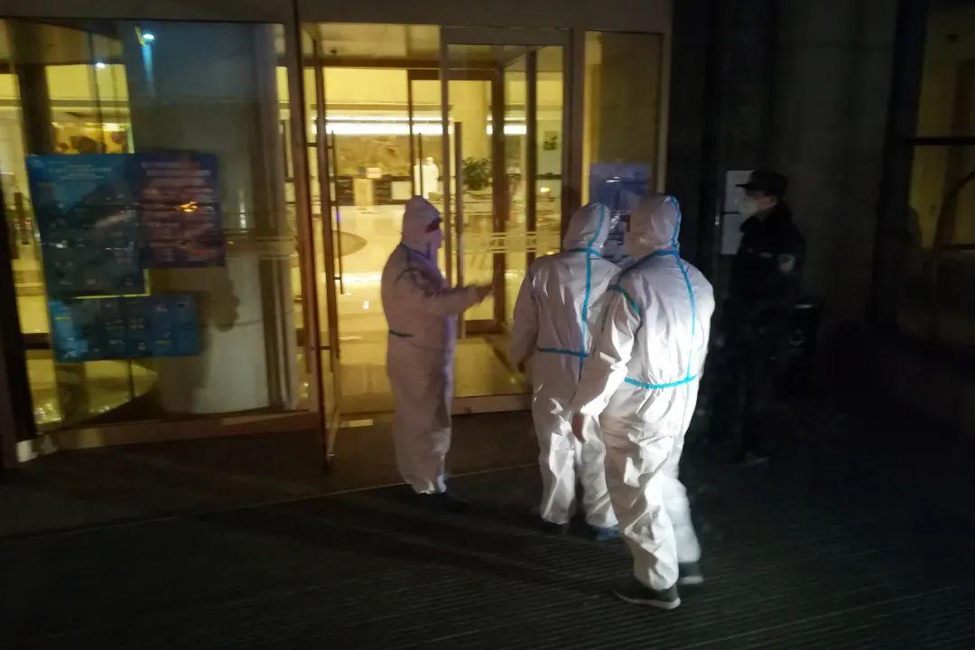 这张摄于2020年3月的照片显示的是本文作者凌晨抵达北京郊外隔离酒店时的情景。