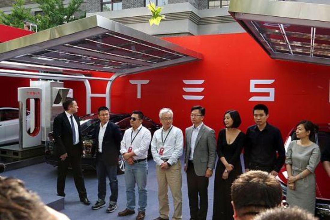 2014年,特斯拉举行中国首批车主交车仪式 马斯克到场参加