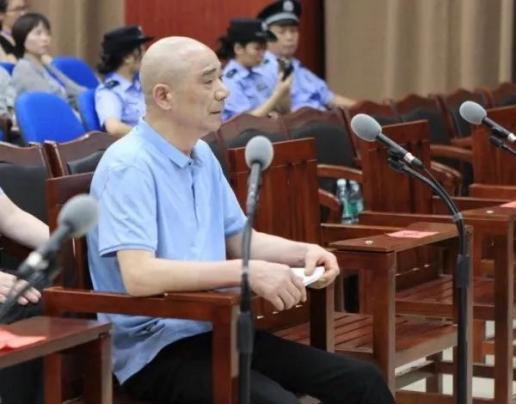 夏顺安在法庭受审。