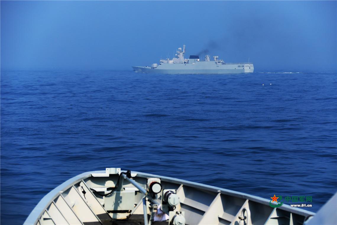 编队海上机动训练。