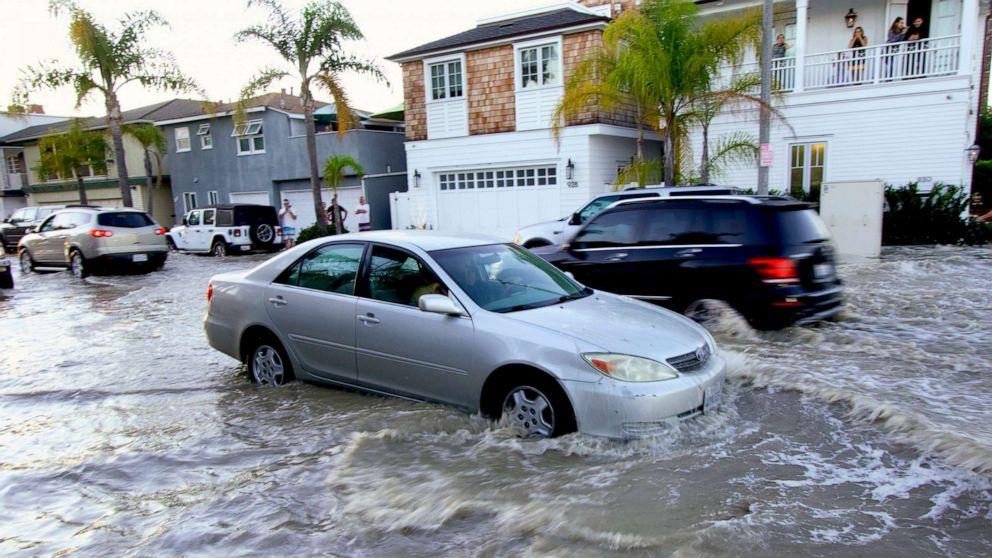 【说说精品】_美国洛杉矶纽波特比奇遭巨浪冲击 街道被淹没