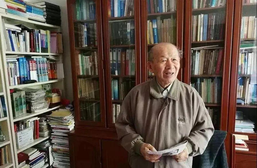 """95岁的""""钢铁侠"""":一件衬衫穿30年 不买房却捐款千万助学"""