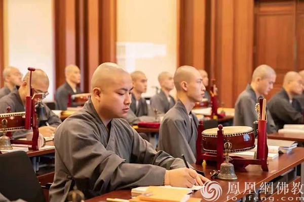 音乐系学僧认真听课(图片来源:凤凰网佛教 摄影:灵隐寺)
