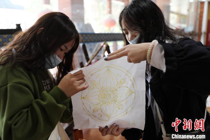 学生在交流蜡染作品。 韦鼎标 摄
