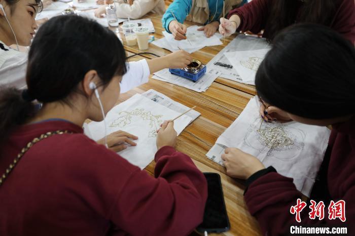 学生正在学习苗族蜡染技艺。 韦鼎标 摄