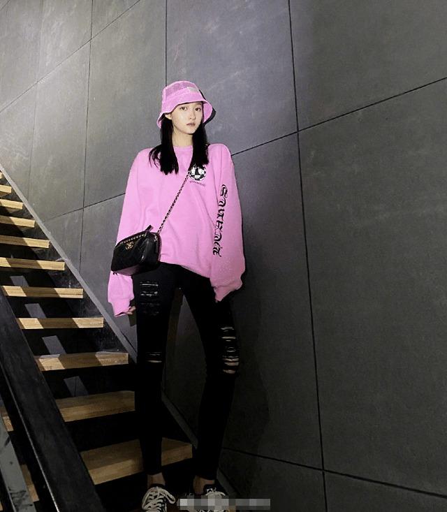 关晓彤也酞会穿了!粉色卫衣搭小粉帽,紧身破洞裤都穿不满