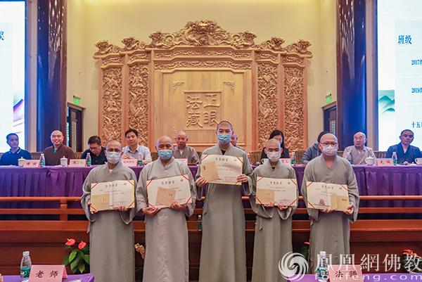 荣获二等奖的学僧(图片来源:凤凰网佛教 摄影:江苏佛学院寒山学院)