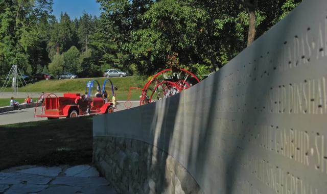 (斯坦利公园的空难纪念墙 建于2007年7月)