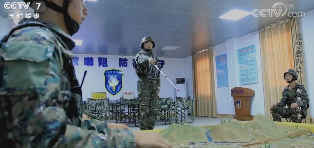 """解放军空降兵演习 """"敌方""""旗帜和标语亮了"""