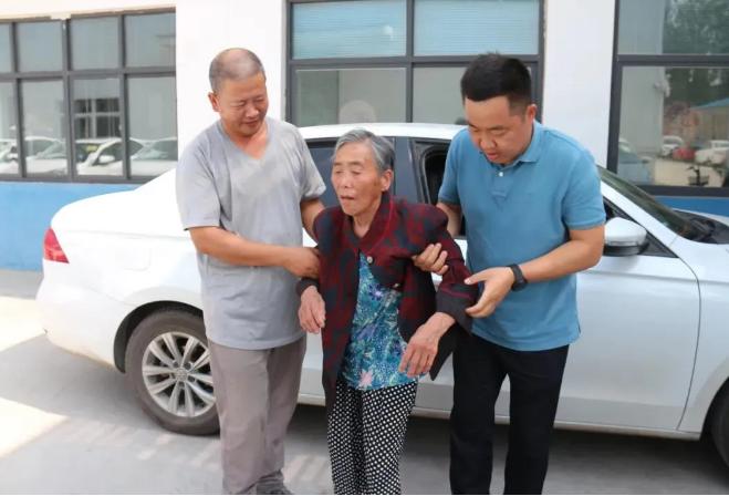 母亲无人照顾 周口47岁司机带80岁痴呆老母跑出租