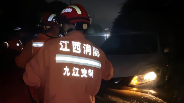 江西九江暴雨突袭车辆被淹,消防员蹚水救出襁褓婴儿
