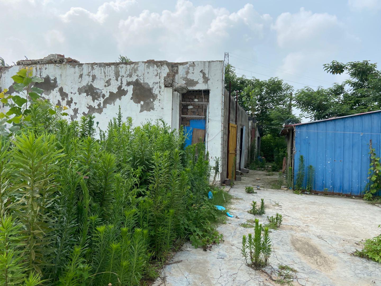 马洪兵、马伟兵两人藏匿的破旧民居,当时警方在此处找到正在充电的电瓶车和带血的毛巾。