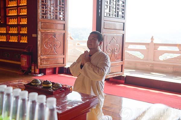 国际著名诗人、书画家李垚治参访珠海普陀寺(图片来源:凤凰网佛教 摄影:珠海普陀寺)