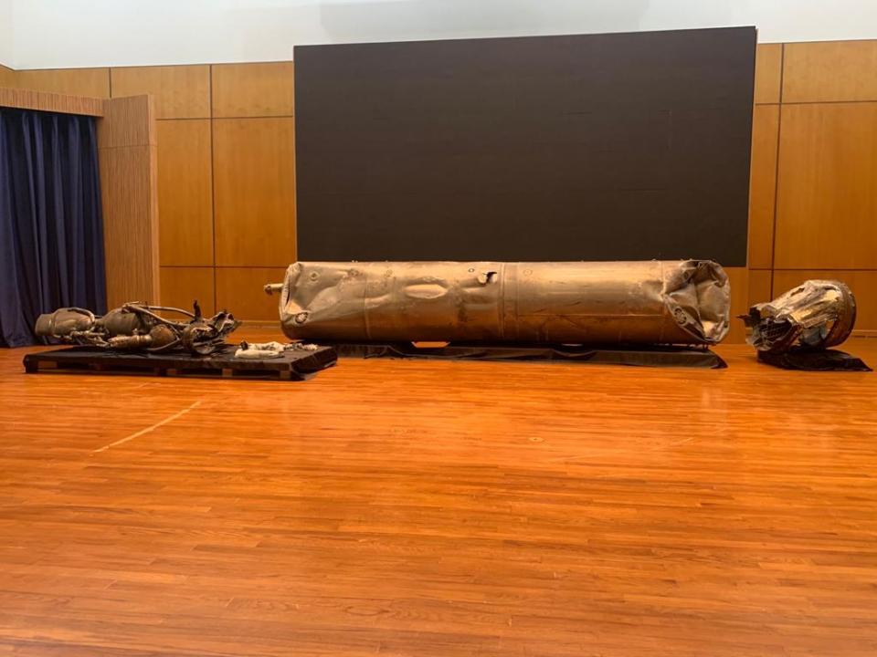 游击队的大杀器!沙特展示胡赛导弹残骸,弹体直径比人还粗