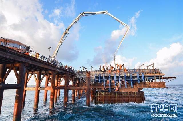 """(图说:这是2017年4月21日拍摄的马尔代夫中马友谊大桥首个墩身成功浇筑。作为""""21世纪海上丝绸之路""""的重点项目,中马友谊大桥让马尔代夫人民的梦想变为现实,也成为中马友谊的重要见证。)"""