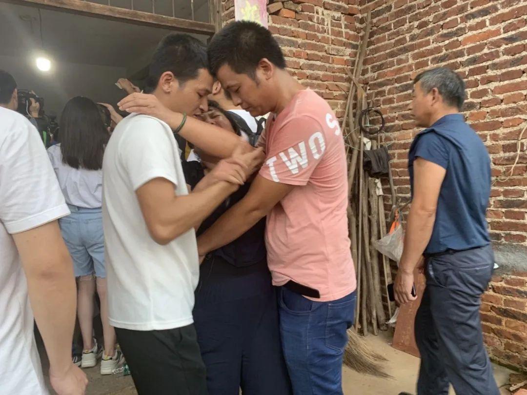 8月4日,看到张玉环回家后,宋小女喜极而泣,险些晕倒,两个儿子搀扶住了她。新京报记者张胜坡 摄
