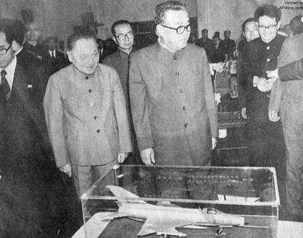 1982年,邓小平陪同金日成在四川参观成都飞机制造厂。