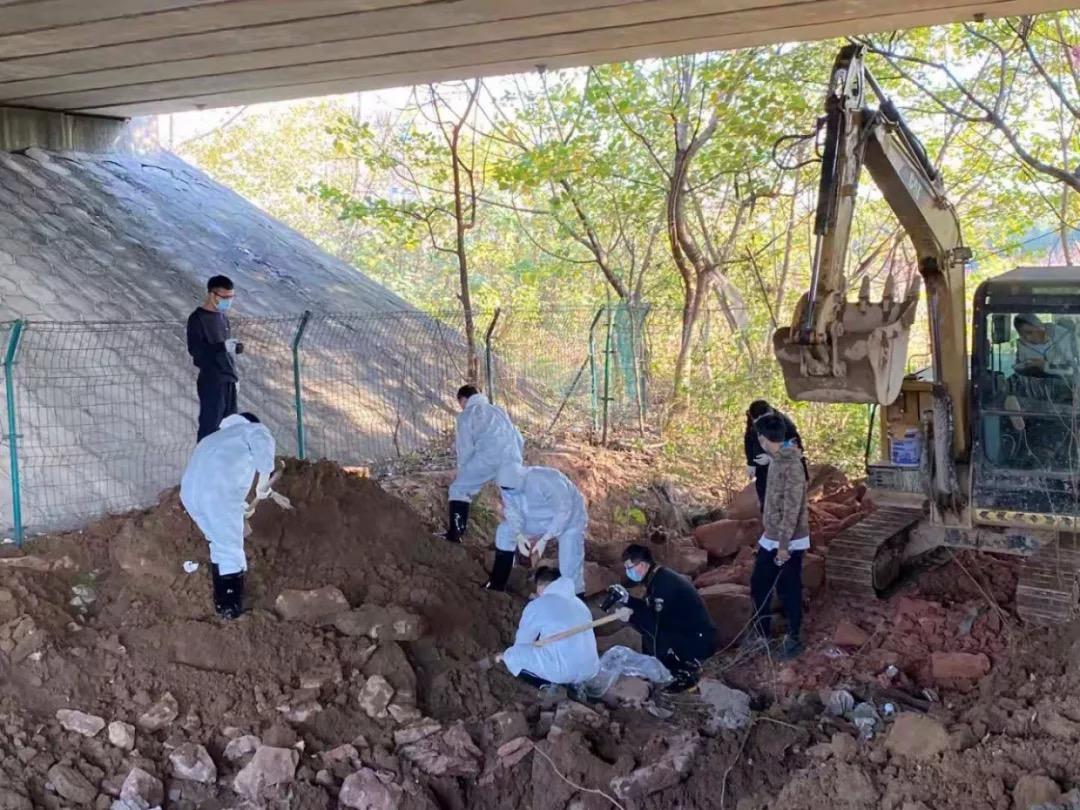 警方挖出了被编织袋、塑料袋层层包裹的尸骸。含山县公安局 图